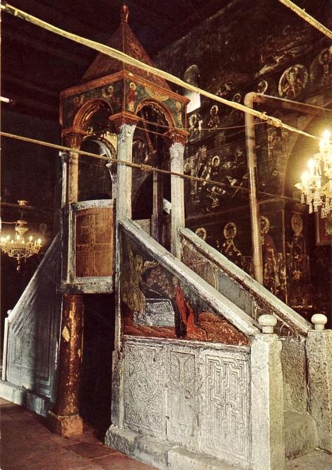Ο άμβωνας από τη βυζαντινή εποχή υπήρξε η σκηνή για την άσκηση της εκκλησιαστικής ρητορικής και για τα μουσικά δρώμενα στο ναό. Πρόκειται για μια υπερυψωμένη εξέδρα που προσφέρει σωστή θέαση του σώματος του ιεροκήρυκα και καλή ακουστική στη σύναξη. Στη φωτογραφία: Άμβωνας στο ναό της Κοιμήσεως της Θεοτόκου στην Καλαμπάκα στο κέντρο του ναού. Οι δύο πτέρυγες του κτίσματος έχουν προσανατολισμό προς την Ανατολή και τη Δύση. Ταχυδρομικὴ κάρτα, χ.χ.