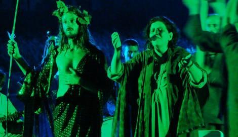 Ἡ Μάρθα Φριντζήλα σκηνοθετεῖ τὴν παράσταση καὶ τραγουδάει στὰ χορικά.