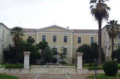 To Πνευματικό Κέντρο του Δήμου Αθηναίων κτίστηκε στο πρώτο μισό του 19ου αιώνα και είναι σχεδιασμένο από τον γερμανό αρχιτέκτονα F. Staufert και λειτούργησε αρχικά ως Δημοτικό Νοσοκομείο με το όνομα «Ελπίς».