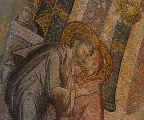 Ο τρυφερός εναγκαλισμός του Ιωακείμ και της Άννας, ο οποίος, σύμφωνα με την αφήγηση του Πρωτοευαγγελίου του Ιακώβου τοποθετείται στη Χρυσή Πύλη των Ιεροσολύμων. Ψηφιδωτό, Μονή Χώρας, Κωνσταντινούπολη, 14ος αι.
