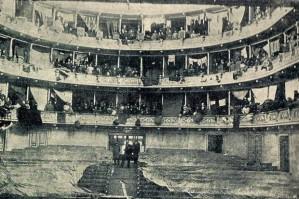Οι Μικρασιάτες πρόσφυγες βρήκαν καταφύγιο στο Δημοτικό Θέατρο της Αθήνας. Κάθε θεωρείο μια καμαρούλα,