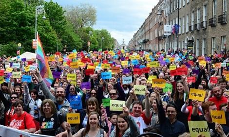 Υποστηριχτές του γάμου μεταξύ ομοφύλων αναμένουν το αποτέλεσμα του δημοψηφίσματος στο Δουβλίνο.