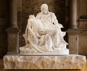 Merciful Dream (Pietà V), 2011. Η ανασύνθεση της περίφημης σύνθεσης του Μιχαήλ Αγγέλου από τον Φαμπρ.