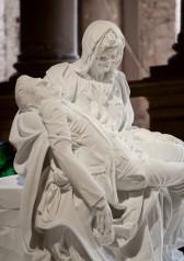 Merciful Dream (Pietà V), 2011. Στη θέση του Ιησού ο ίδιος ο Φαμπρ και αντί του προσώπου της Θεομήτορος μια νεκροκεφαλή.